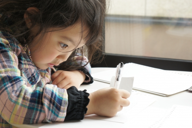 一人で勉強をする少女