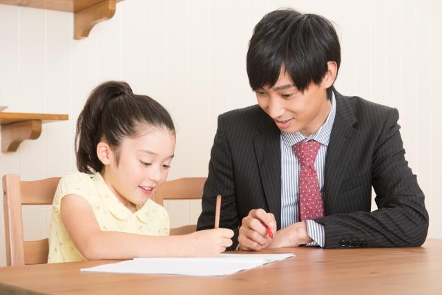 家庭教師と勉強をする少女