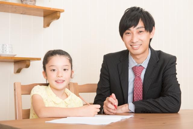 勉強する家庭教師と少女