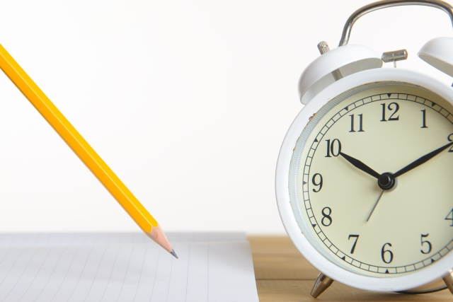 鉛筆とノートと時計