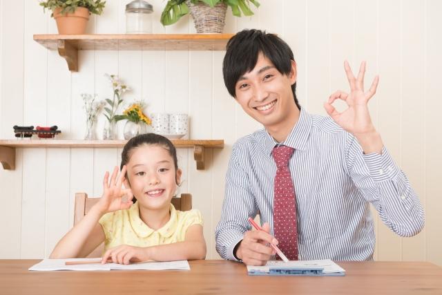 OKポーズをとる家庭教師と少女