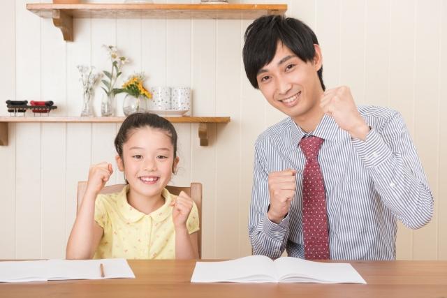 やる気ポーズの少女と家庭教師