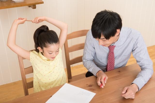 勉強をする少女と家庭教師