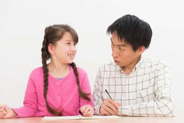 勉強する父と娘