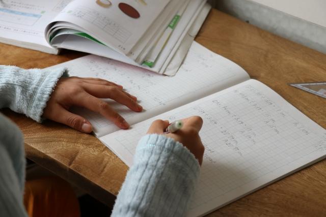 自宅で勉強をする女の子