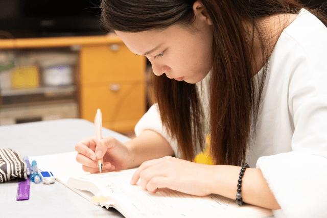 勉強に集中する女性