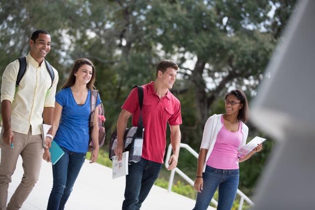 キャンパスを歩く4人の外国人学生